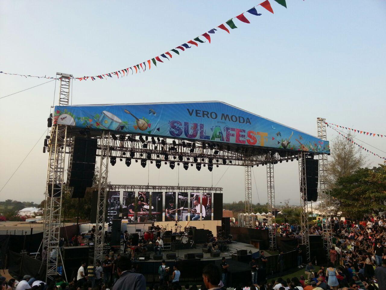 Festivalbühne mit Konzerten und Modenschau auf dem Sula Fest 2015
