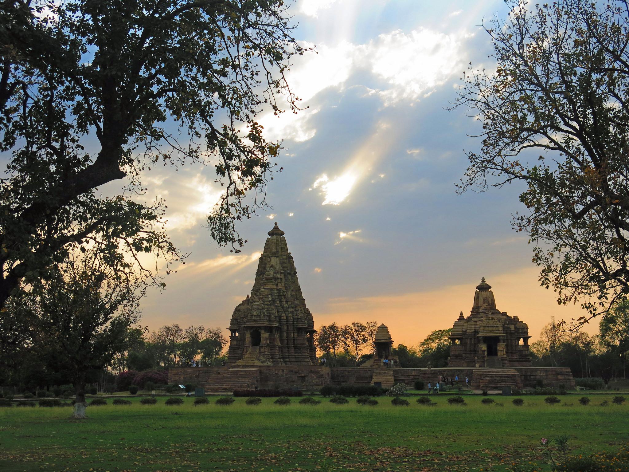 Einer der schönsten Tempel Indiens: Der Tempel von Khajuraho mit erotischen Schnitzereien