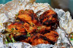 indisches Streetfood, chicken tikka in indien
